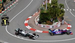FOTO: Tréninky v malebném Monaku s poctami zesnulému Laudovi na vozech a přilbách - anotační obrázek