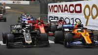 Romain Grosjean a Lando Norris po startu závodu v Monaku