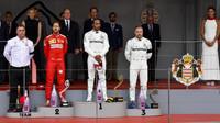 Lewis Hamilton, Valtteri Bottas a Sebastian Vettel na pódiu po závodě v Monaku