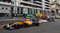 Carlos Sainz v závodě v Monaku
