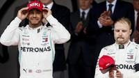 Lewis Hamilton a Valtteri Bottas na pódiu po závodě v Monaku