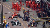 Max Verstappen, Valtteri Bottas a Sebastian Vettel v závodě v Monaku