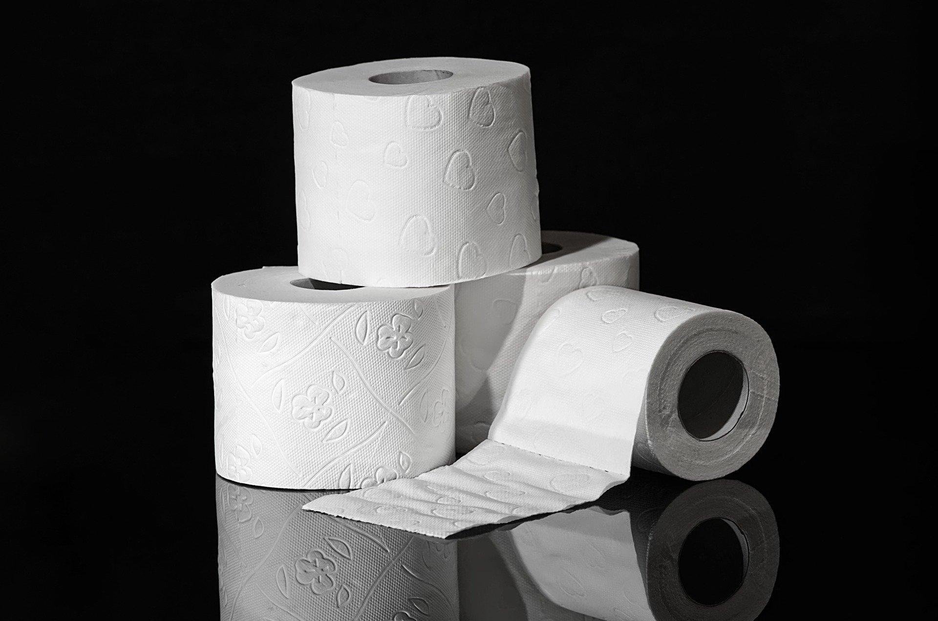 Tesla šetří kde se dá, škrty už prý zaměstnancům sebrali i toaletní papír - anotační obrázek