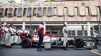 Tým Alfa Romeo před závodem v Monaku
