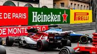 Antonio Giovinazzi a Robert Kubica při zablokování La Rascasse v závodě v Monaku