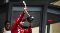 Sebastian Vettel se svou trofejí po závodě v Monaku