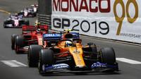 Lando Norris a Charles Leclerc v závodě v Monaku