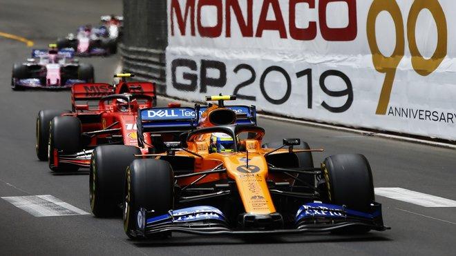 Lando Norris s McLarenem stíhaný rudým vozem Charlese Leclerca v Monaku