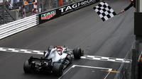 Lewis Hamilton v cíli závodu v Monaku