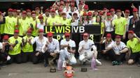 Tým Mercedes slaví vítězství po závodě v Monaku