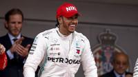 Lewis Hamilton slaví vítězství v závodě v Monaku