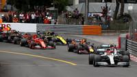 Lewis Hamilton a Valtteri Bottas při startu závodu v Monaku