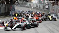 Max Verstappen a Lewis Hamilton při závodu v Monaku