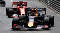 Max Verstappen a Sebastian Vettel v závodě v Monaku