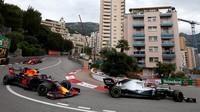 Lewis Hamilton a Max Verstappen v závodě v Monaku
