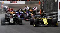 Daniel Ricciardo a Kevin Magnussen po startu závodu v Monaku