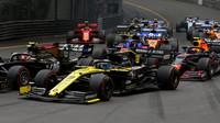 Daniel Ricciardo po startu závodu v Monaku