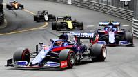 Daniil Kvjat a Alexander Albon v závodě v Monaku