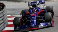 Daniil Kvjat v závodě v Monaku