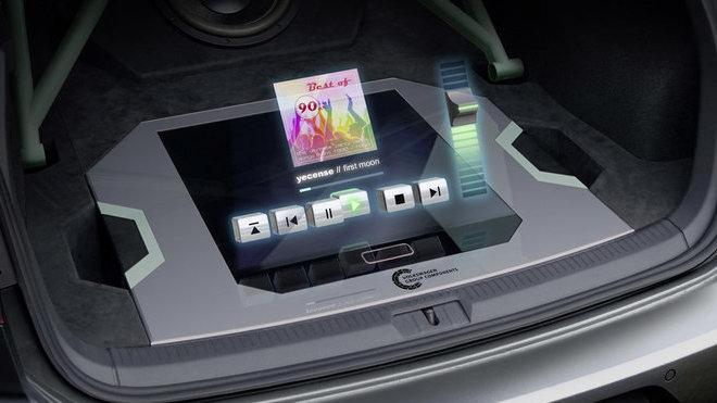 V holografickém modulu koncepčního vozu Golf GTI Aurora splývá skutečný svět s virtuální realitou