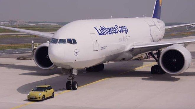 Elektrické MINI nemělo problém ani s odtažením nákladního letadla Boeing 777