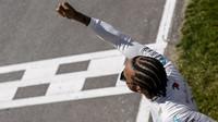 Lewis Hamilton má na kontě vítězství, které ho asi příliš těšit nebude