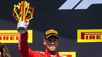 Sebastian Vettel se svou trofejí po závodě v Kanadě