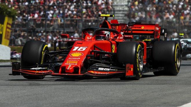Charles Leclerc zajel nejrychlejší čas 1. tréninku, jeho týmový kolega Sebastian Vettel skončil třetí