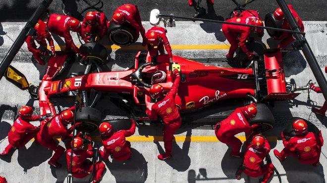 Charles Leclerc u svých mechaniků během GP Kanady