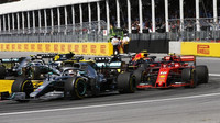 Lewis Hamilton a Charles Leclerc po startu závodu v Kanadě