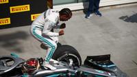 Lewis Hamilton slaví po závodě v Kanadě