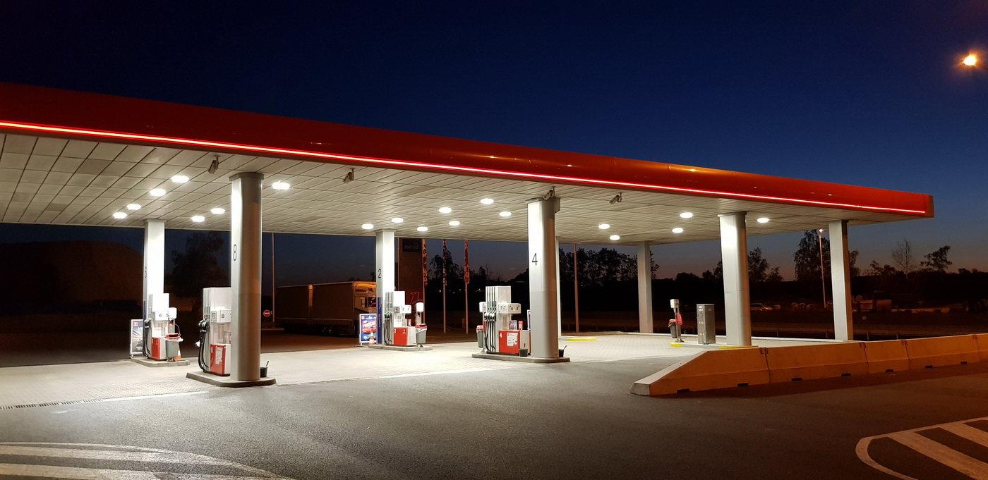 Kolik litrů paliva si můžete koupit za průměrnou mzdu v Evropě a v Česku? - anotační obrázek
