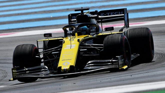 Daniel Ricciardo se při předjížděni dostal všemi čtyřmi koly mimo trať