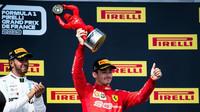 Charles Leclerc se svou trofejí za třetí místo v závodě ve Francii