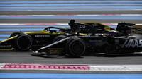 Daniel Ricciardo a Romain Grosjean v závodě ve Francii