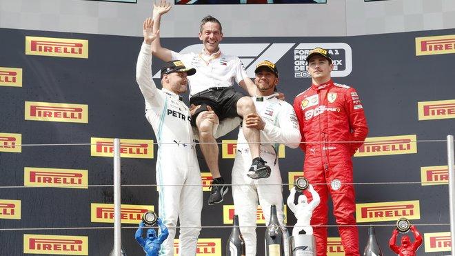 Tři nejlepší jezdci na pódiu po závodě ve Francii