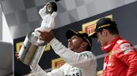 Lewis Hamilton se svou trofejí za první místo po závodě ve Francii