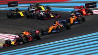Max Verstappen před vozy McLaren v závodě ve Francii