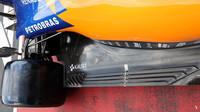 Výřezy v podlaze McLarenu
