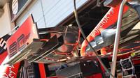 Pohled pod přední křídlo Ferrari