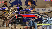 Pohled pod kapotu Toro Rosso na chlazení a motor Hondy
