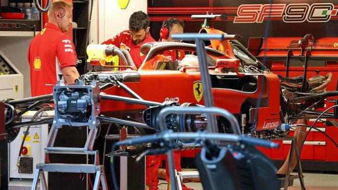 Práce na voze Ferrari, vzadu převodovka a výfuk