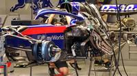 FOTO: Večerní špionáž v padoku - pohled pod kapoty vozů F1, podlahy, motory i zavěšení
