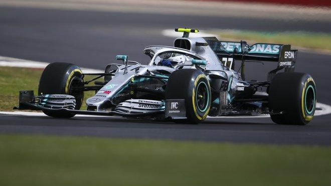 Valtteri Bottas bude zítra startovat před Lewisem Hamiltonem