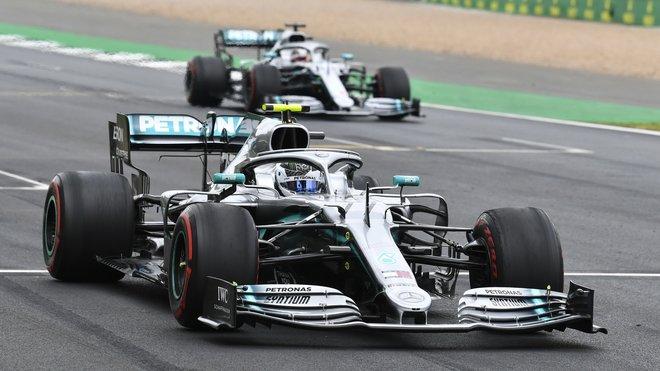 Valtteri Bottas a Lewis Hamilton v tréninku v Silverstone