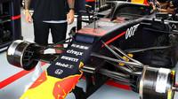 Zavěšení předních kol vozu Red Bull v tréninku v Silverstone