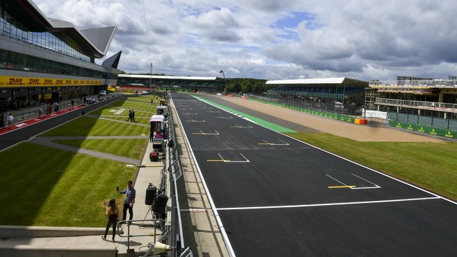Startovní rovinka v Silverstone