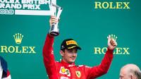 Charles Leclerc se svou trofejí za třetí místo v závodě v Silverstone