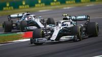 Valtteri Bottas v úvodu Velké ceny Británie 2019 před Lewisem Hamiltonem