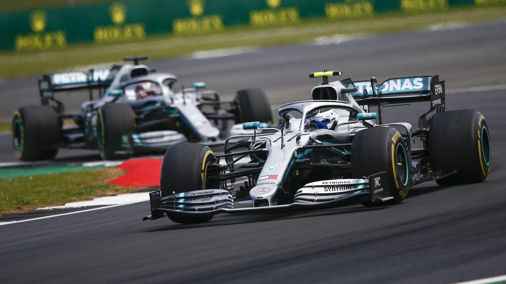 Valtteri Bottas a Lewis Hamilton v závodě v Silverstone